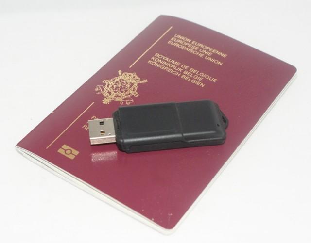 Un passeport et un lecteur