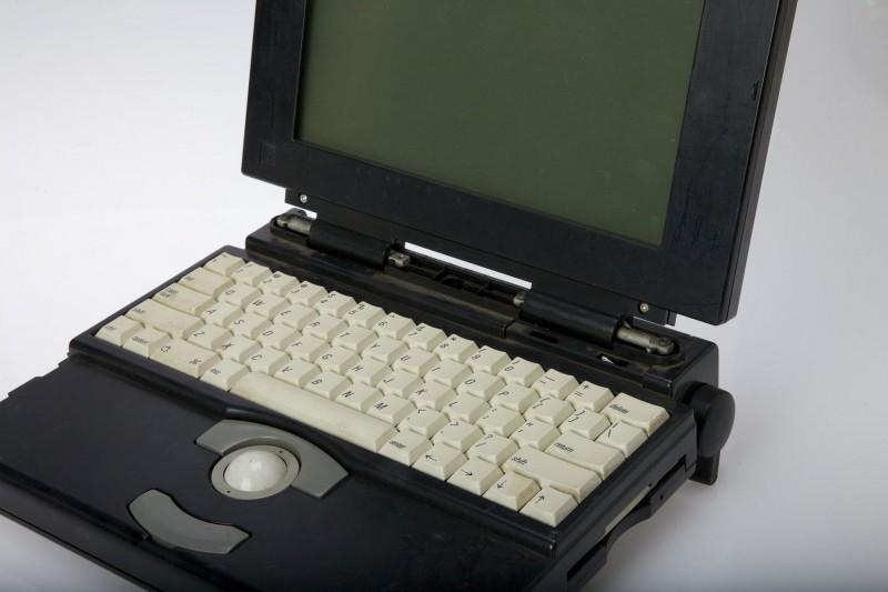 Un PowerBook 1x0 avec clavier et trackball blancs
