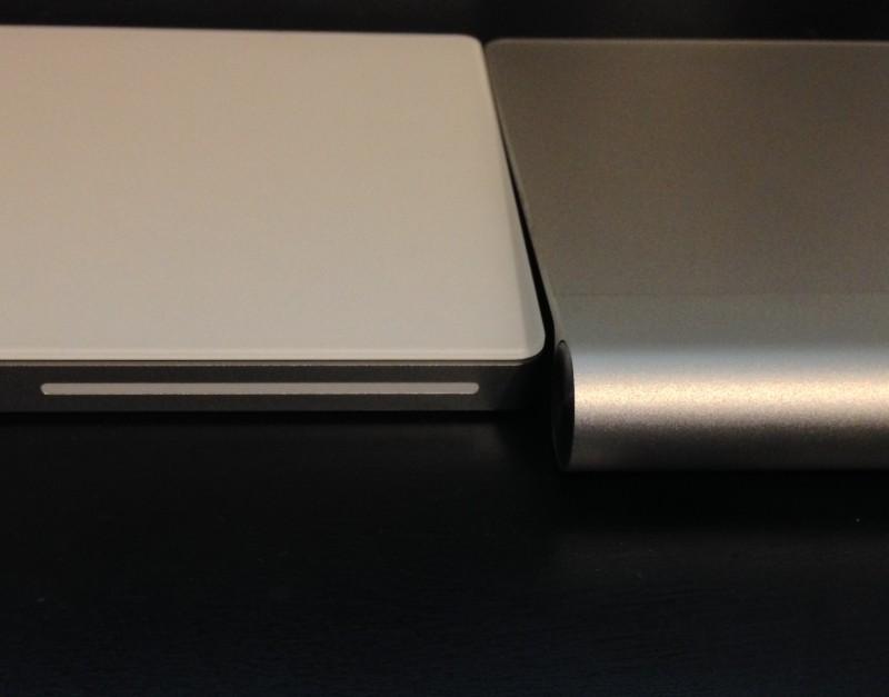 La bande blanche pour le Bluetooth, et l'inclinaison moins forte