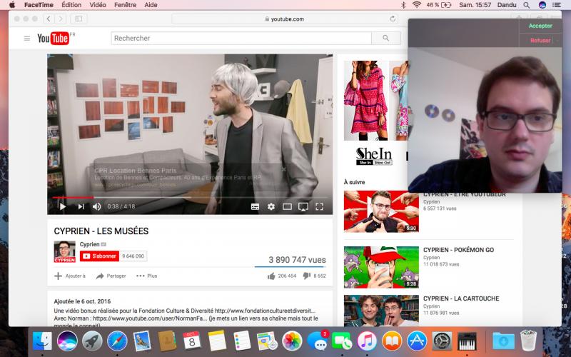La vidéo à gauche se met bien en pause