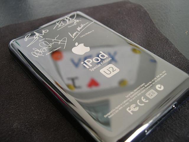 iPod U2 (Sander Renshaw, FlickR)