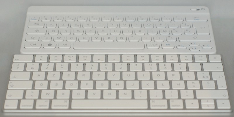 En haut le clavier Nintendo, en bas le Magic Keyboard