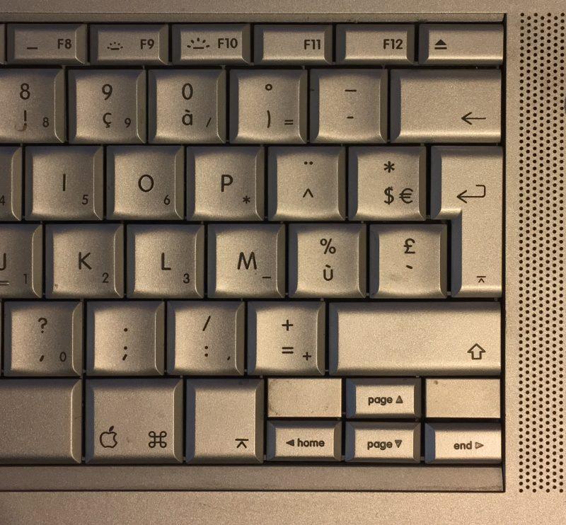 Un clavier de portable, avec une touche ⌅ dédiée